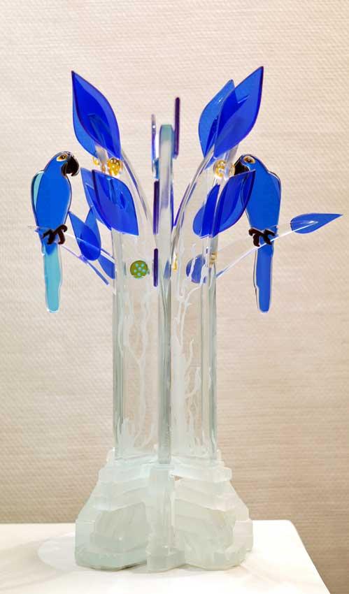 """Accueil : portfolio la nature, arborescence, pièce sculptée et gravée au jet de sable pièce unique assemblage verre,verre St Just, intitulée """"les aras bleus"""""""
