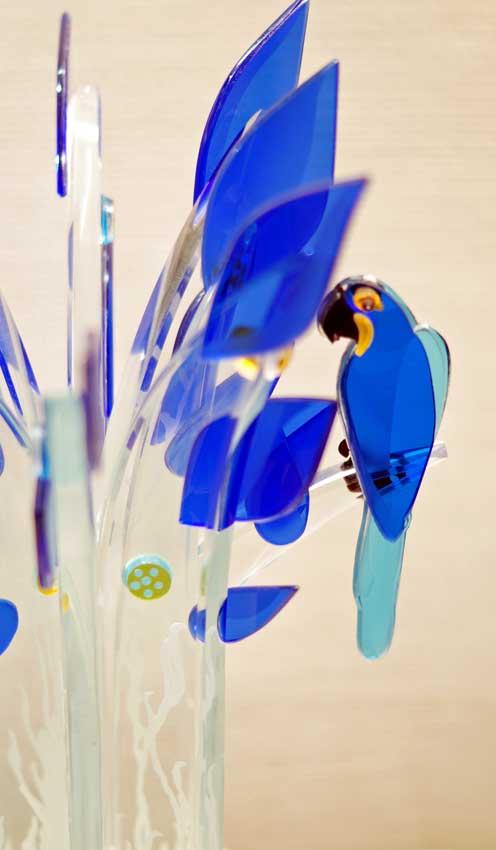 """Accueil : portfolio la nature, arborescence, pièce sculptée et gravée au jet de sable pièce unique assemblage verre,verre St Just, intitulée """"les aras bleus"""" (détail)"""