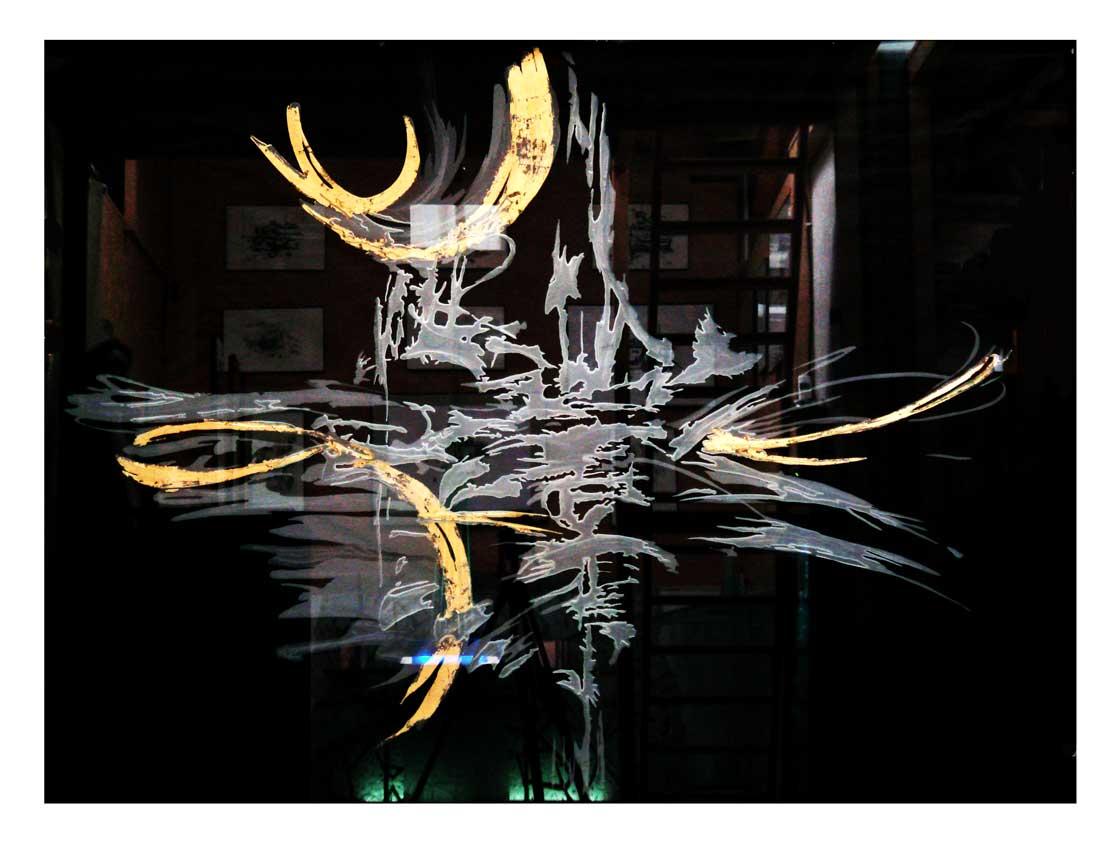 Accueil : portfolio déco,projet 2,d'après encre sur papier,séparatif lumineux dalle de vere extra-blanc 19 mm gravée,rehauts de feuille d'or,éclairage LED RGB (Mick Loeffel),photo d'atelier avant installation sur site