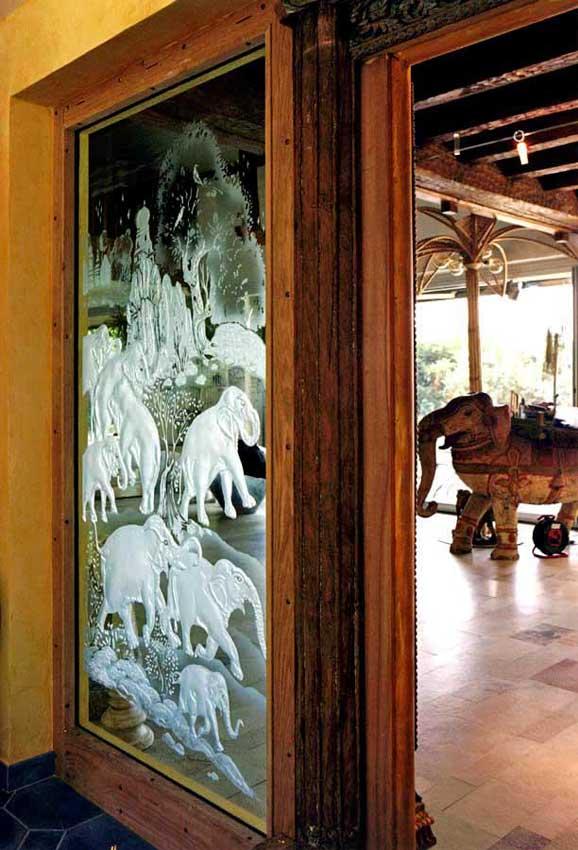 Accueil : portfolio déco,projet 6, ensemble écrans lumineux en diptyque de part et d'autre d'un portique indien polychrome, dalles de verre gravées ,inspiration miniature Moghole 16ème siècle, pièces uniques