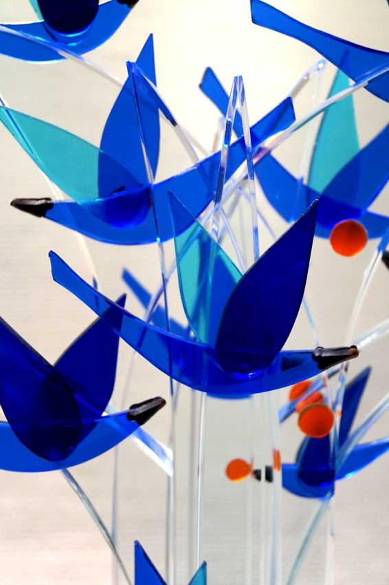 """Accueil : portfolio la nature, arborescence, ensemble sculpté et gravé au jet de sable, pièce unique assemblage verre,verre St Just intitulée """"l'arbre aux oiseaux"""" (détail)"""