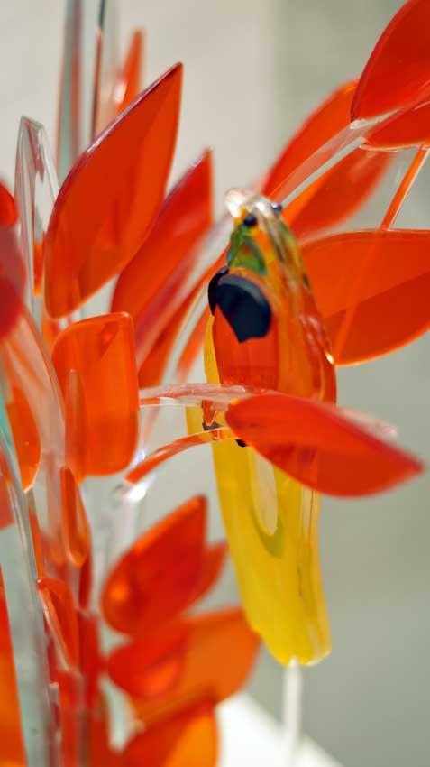 """Accueil : portfolio la nature, arborescence, sculptée et gravée au jet de sable pièce unique assemblage verre,verre St Just, intitulée """"l'oiseau de paradis"""" (détail)"""