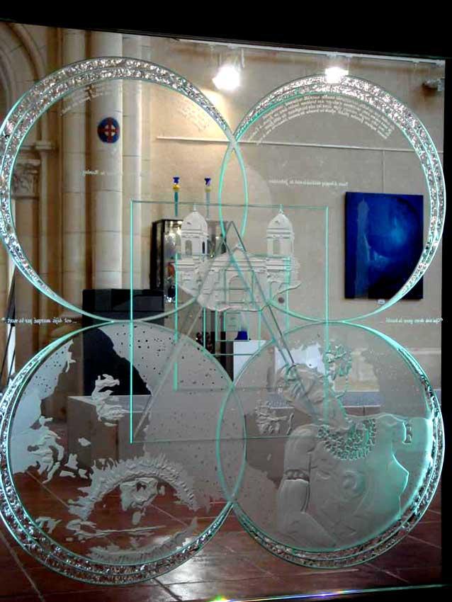 """Accueil : portfolio autre,littérature installation dalle de verre éclairée avec effet d'infini,gravée,bouchardée,dépolie,rehauts collés,textes manuscrits gravés,pièce unique intitulée """"Salomé"""""""
