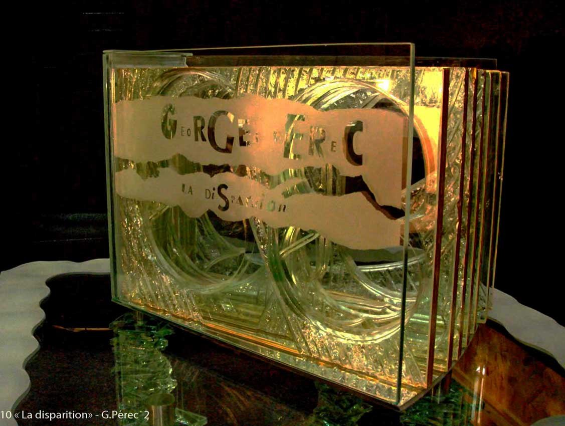 """Accueil : portfolio autre,littérature installation verre gravé,bouchardé,dépoli,dorure,verre bombé,verre feuilleté,miroir,pièce unique intitulée """"La disparition"""" d'après Georges Pérec"""