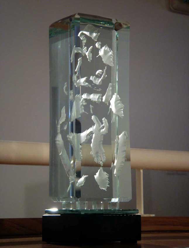 Accueil : portfolio l'humain, le nu, ensemble sculpté et gravé au jet de sable, pièce unique verre,miroir et schiste