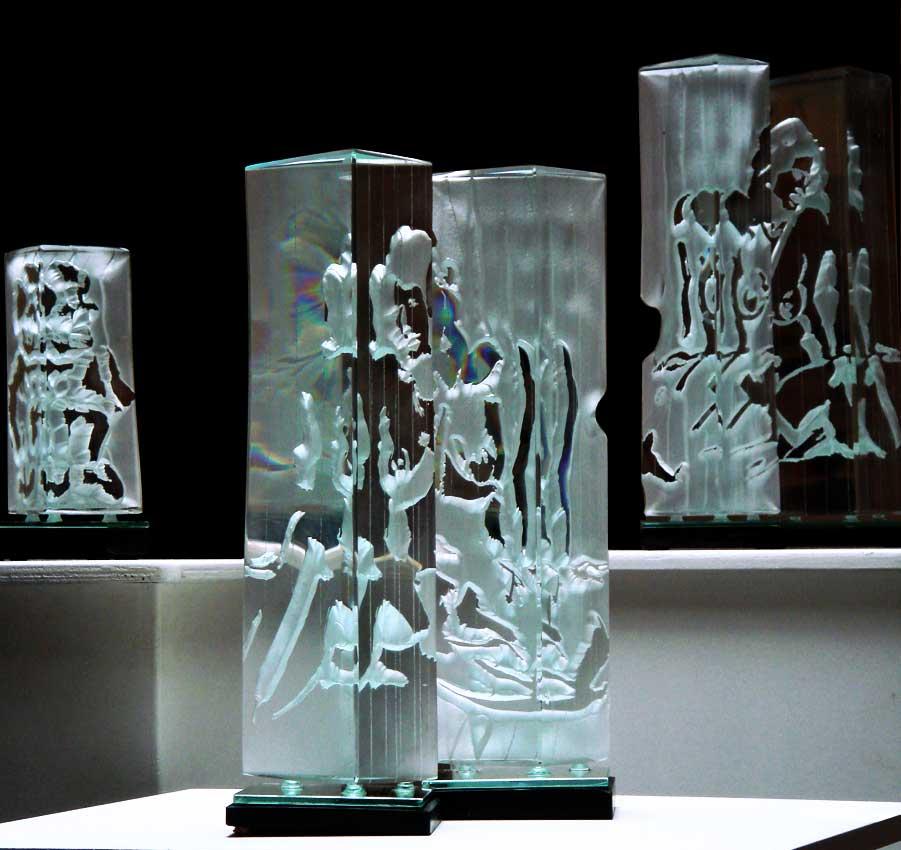 Accueil : portfolio l'humain, le nu, ensembles sculpté et gravé au jet de sable, pièces uniques verre et schiste ,dyptiques exposés à la Halle à marée Cancale 2011