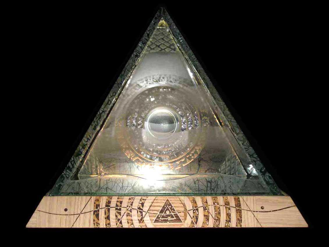 Accueil : portfolio autre,pyramides : pyramide lumineuse,dalles verre gravées,miroir,loupe,socle bois gravé,éclairage LED RGB avec programmateur,pièce unique (éclairage Mick Loeffel)
