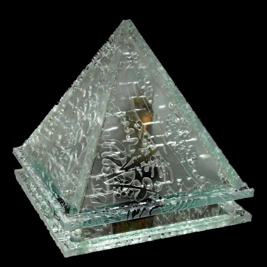 Accueil : portfolio autre,pyramides installation dalles de verre gravées,bouchardées,miroir,cristal avec feuille d'or,pièce unique