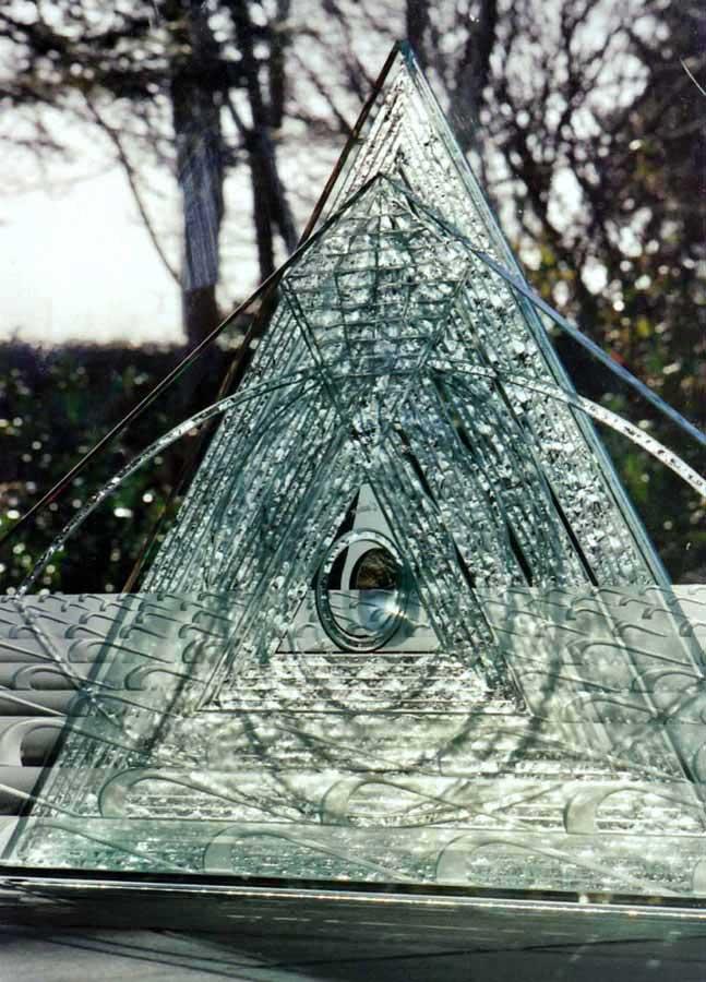 """Accueil : portfolio autre,pyramides installation dalles de verre gravées manuscrites,bouchardées,miroir,loupe,pièce unique intitulée """"Goutte d'eau"""""""