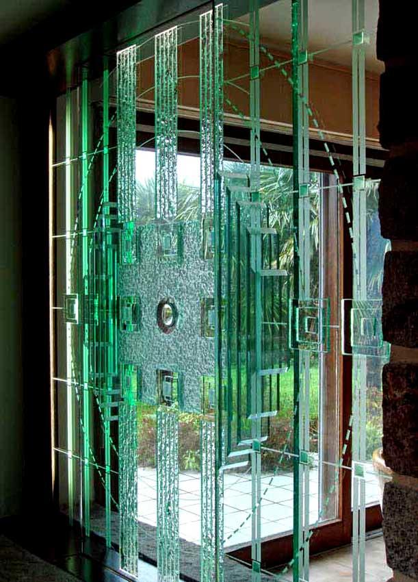 Accueil : portfolio déco,projet 3, écran sculpture lumineux en triptyque dalles de verre 19 mm gravées,bouchardées,éclats au burin,dépolies,loupe,rehauts et refends biseautés collés, L: 3m H: 2m