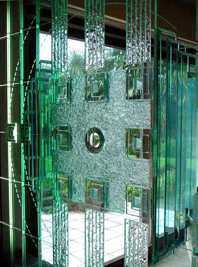 Accueil : portfolio déco,projet 3, écran sculpture lumineux en triptyque dalles de verre 19 mm gravées,bouchardées,éclats au burin,dépolies,loupe,rehauts et refends biseautés collés, L: 3m H: 2m (détail)