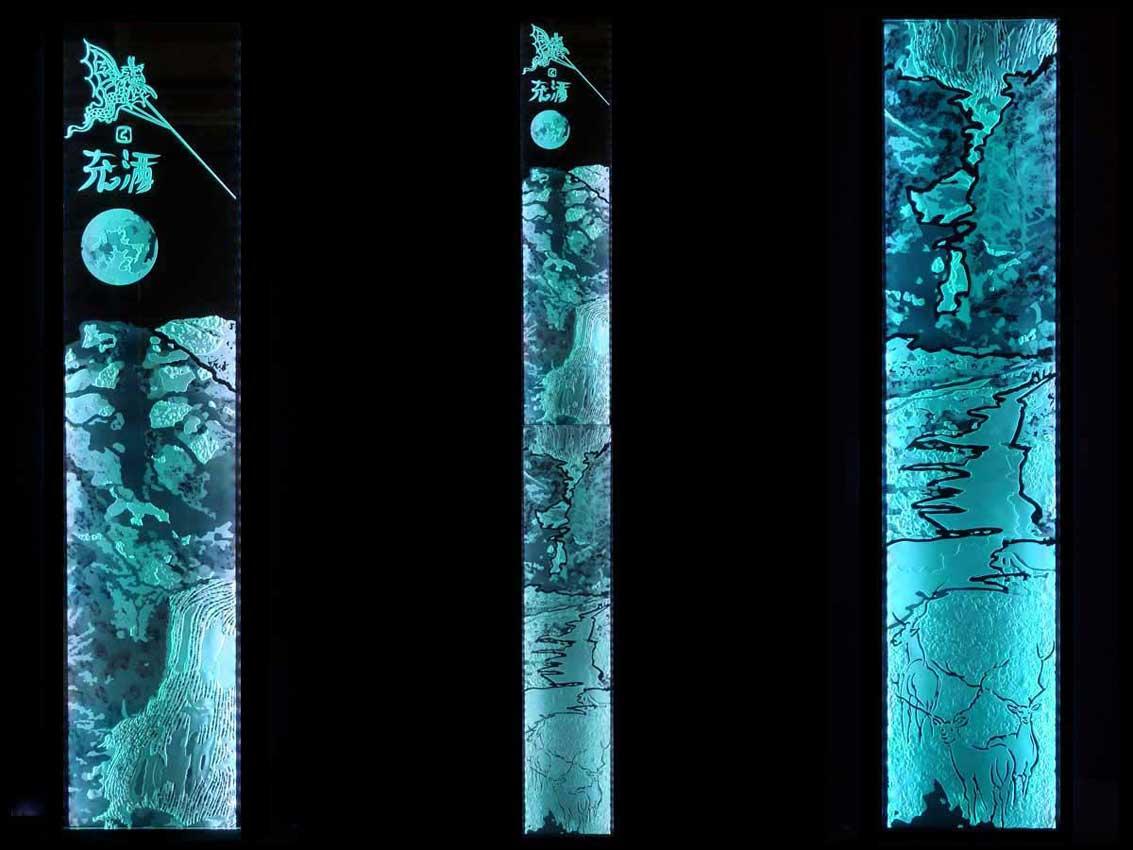 Accueil : portfolio déco,projet 5, écran lumineux séparatif salle de bains en 2 dalles de verre jointives gravées bouchardées, pièce unique vue génerale en atelier
