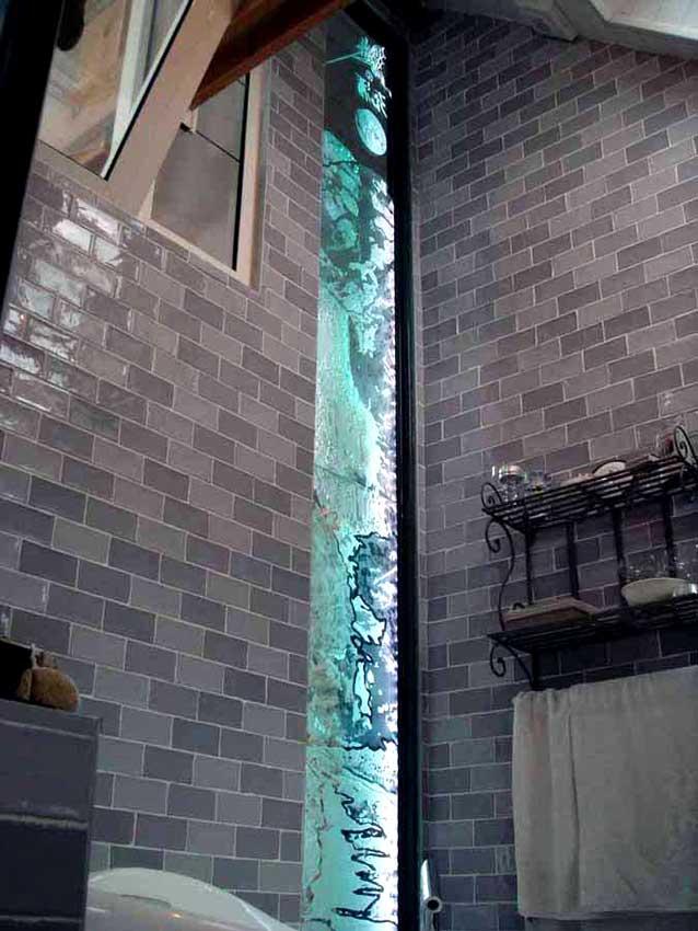 Accueil : portfolio déco,projet 5, écran lumineux séparatif salle de bains dalles de verre gravée bouchardées, pièce unique ,(éclairage Mick Loeffel)