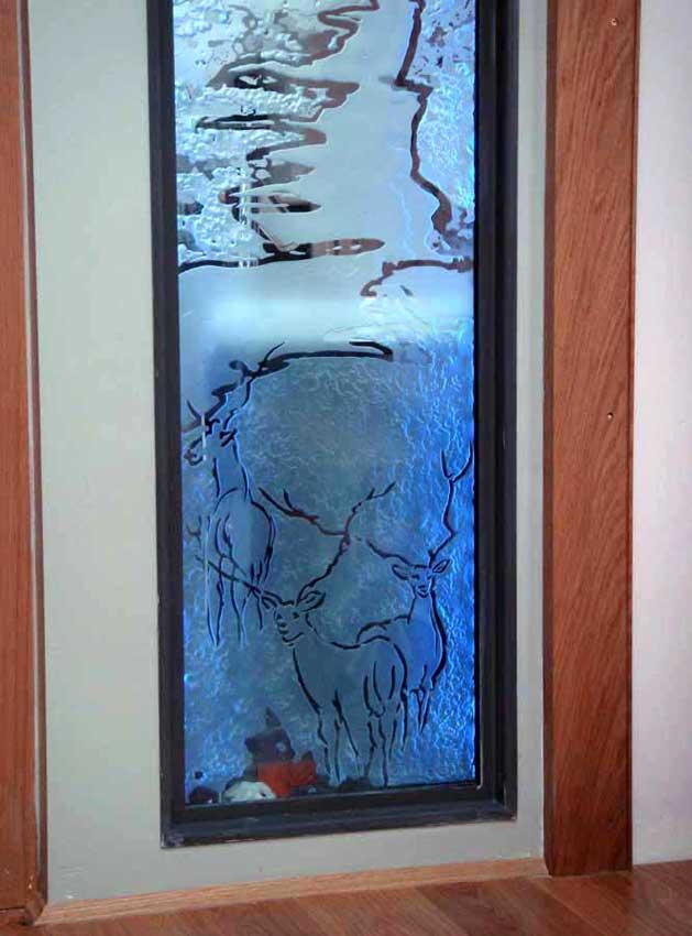 Accueil : portfolio déco,projet 5, écran lumineux séparatif salle de bains dalles de verre gravées bouchardées, pièce unique ,détail (éclairage Mick Loeffel)