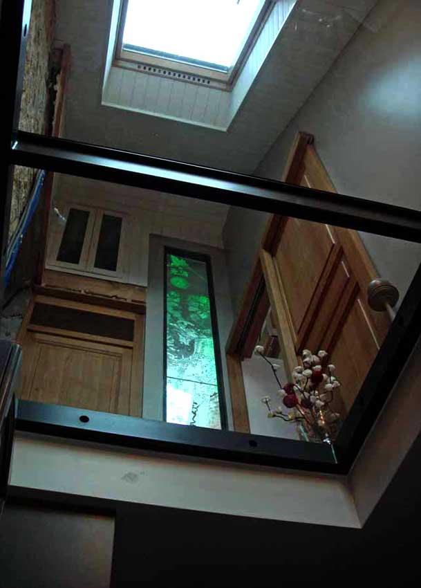 Accueil : portfolio déco,projet 5, écran lumineux séparatif salle de bains dalles de verre gravée bouchardées, pièce unique (éclairage Mick Loeffel)
