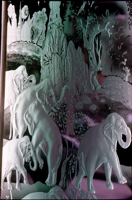 Accueil : portfolio déco,projet 6, écrans lumineux en diptyque dalles de verre gravées éclairées,inspiration miniature Moghole 16ème siècle, pièce unique ,(détail)